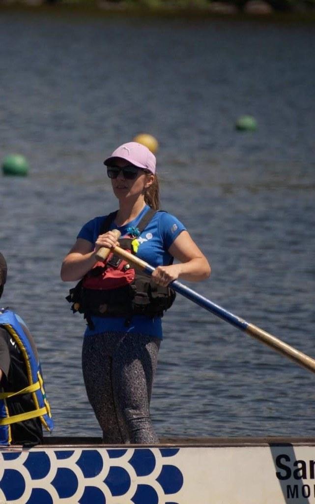 Image d'Estelle Bourgault qui tient la barre du bateau-dragon