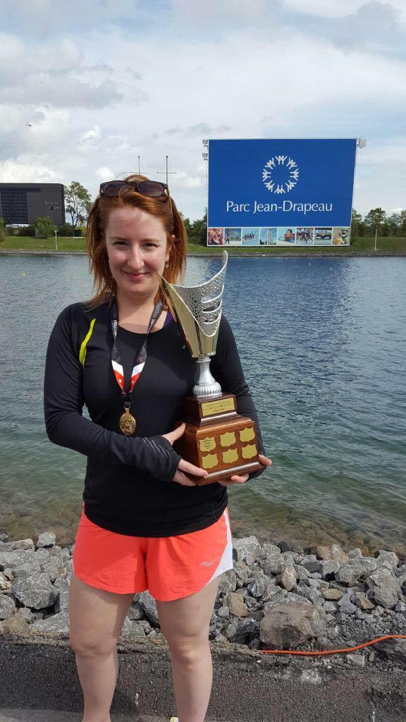 Image de Joanie Proteau qui tient un trophée remporté lors d'une compétition de bateau-dragon