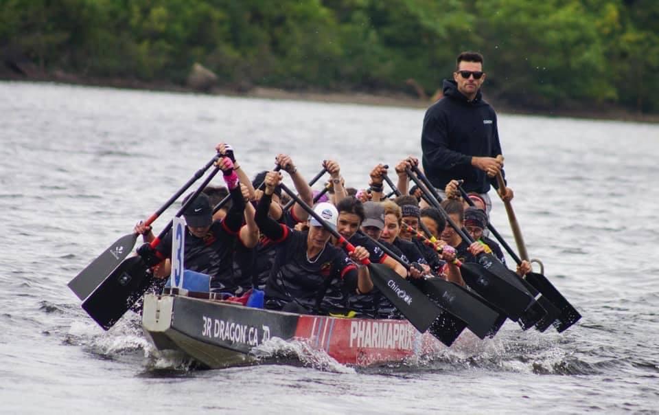 Image de l'équipe Dragon mom qui rame avec force lors d'une course